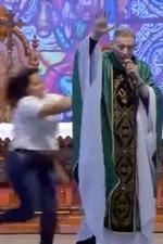Padre Marcelo Rossi Sendo Empurrado do Palco